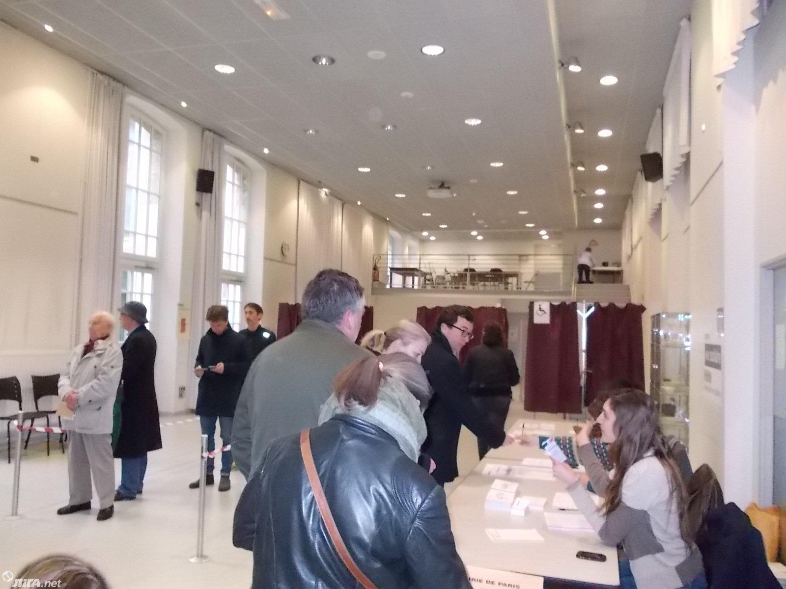 09:00. Во Франции открылись участки для голосования во втором туре президентских выборов.