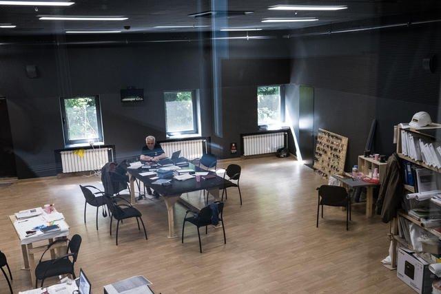 Гримерных в театре пять, почти каждый актер имеет собственный гримерной столик