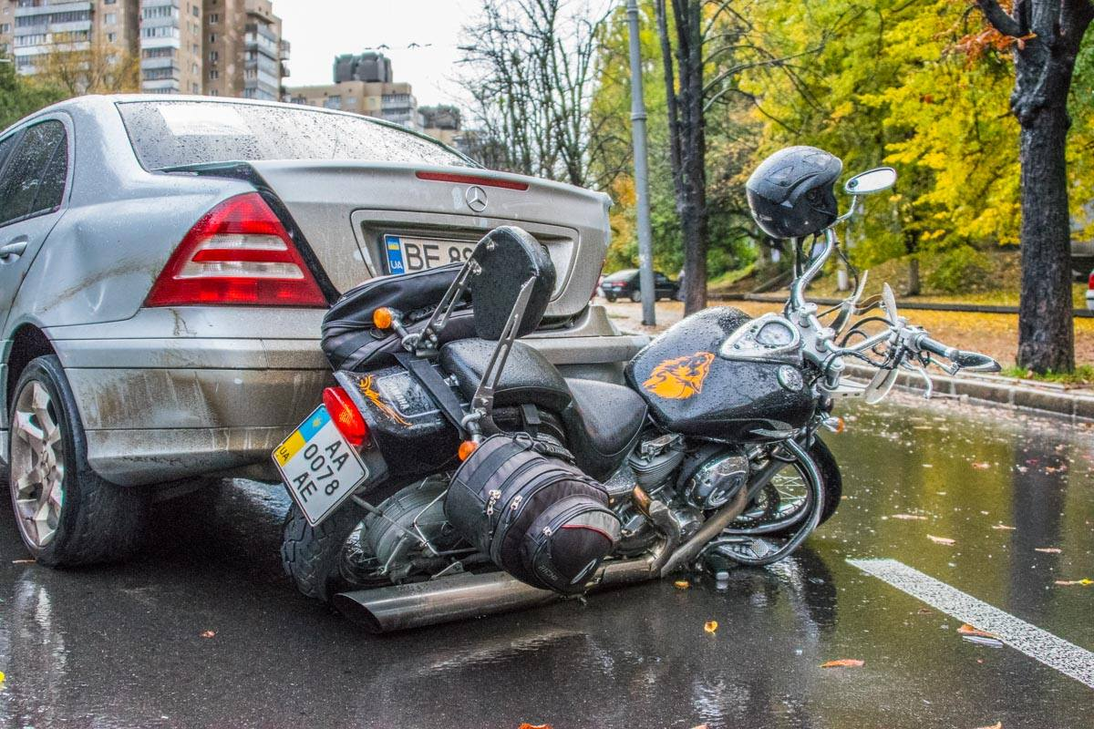 На Воздухофлотском проспекте Mercedes сбил мотоциклиста