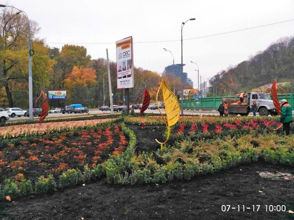 На столичном Печерске площадь украшают листьями выше человеческого роста (фото)