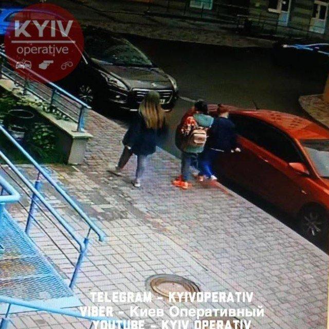 В Киеве школьницы поцарапали десятки автомобилей: опубликованы фото
