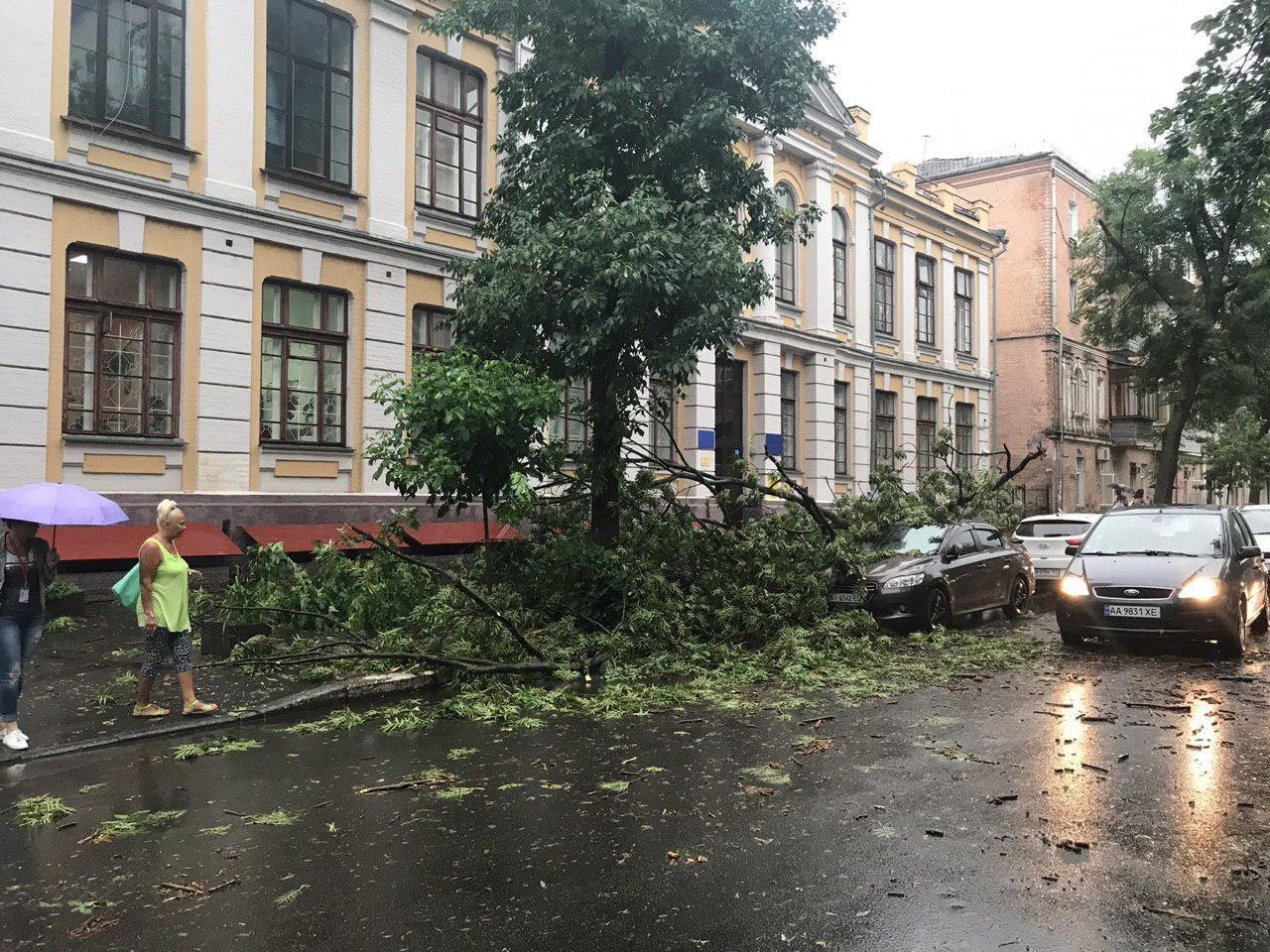 Гроза оставила в Киеве значительные повреждения. Будьте осторожны!