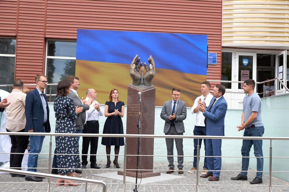 В Киеве установили памятник медикам, умерших от Covid-19
